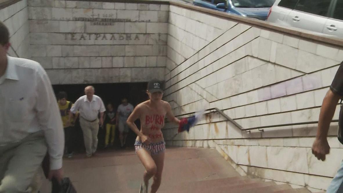 Ukraine: FEMEN shows nipples for Navalny