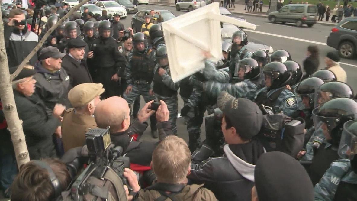 Ukraine: Kiev opposition activists clash with police over council legitimacy