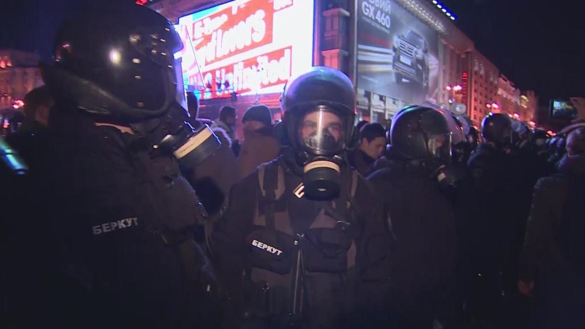 Ukraine: Dusk and tear gas do not deter Kiev protesters