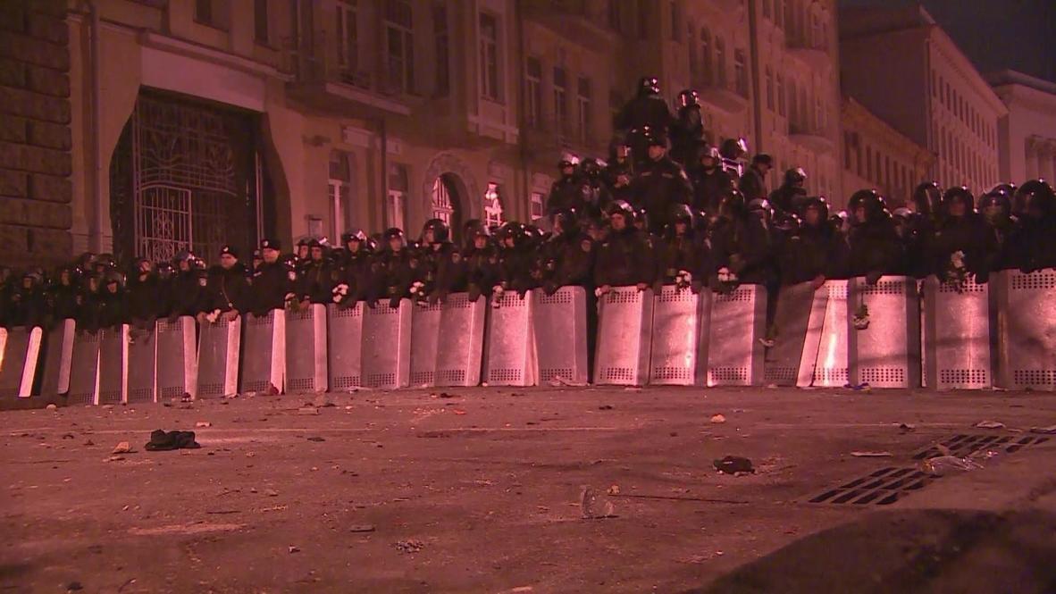 Ukraine: Riot police form cordon around presidential administration