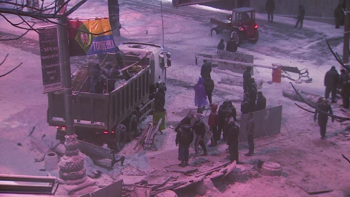Ukraine: Police clear barriers to take back Kiev