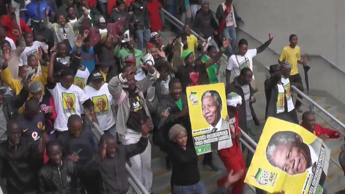 South Africa: Mandela's mourners dance in the rain as memorial begins