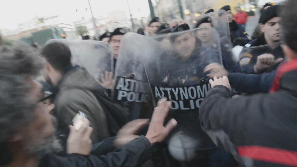 Greece: Athens demonstrators rebel against protest ban