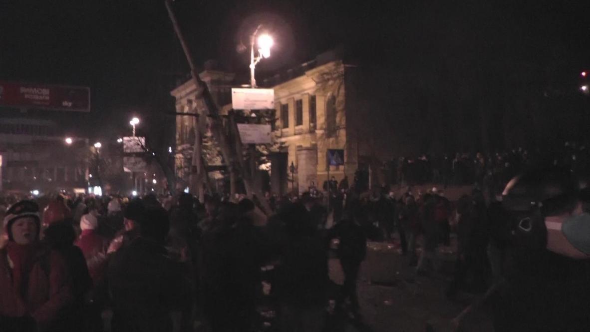 Ukraine: DIY medieval catapult fired by Kiev protestors