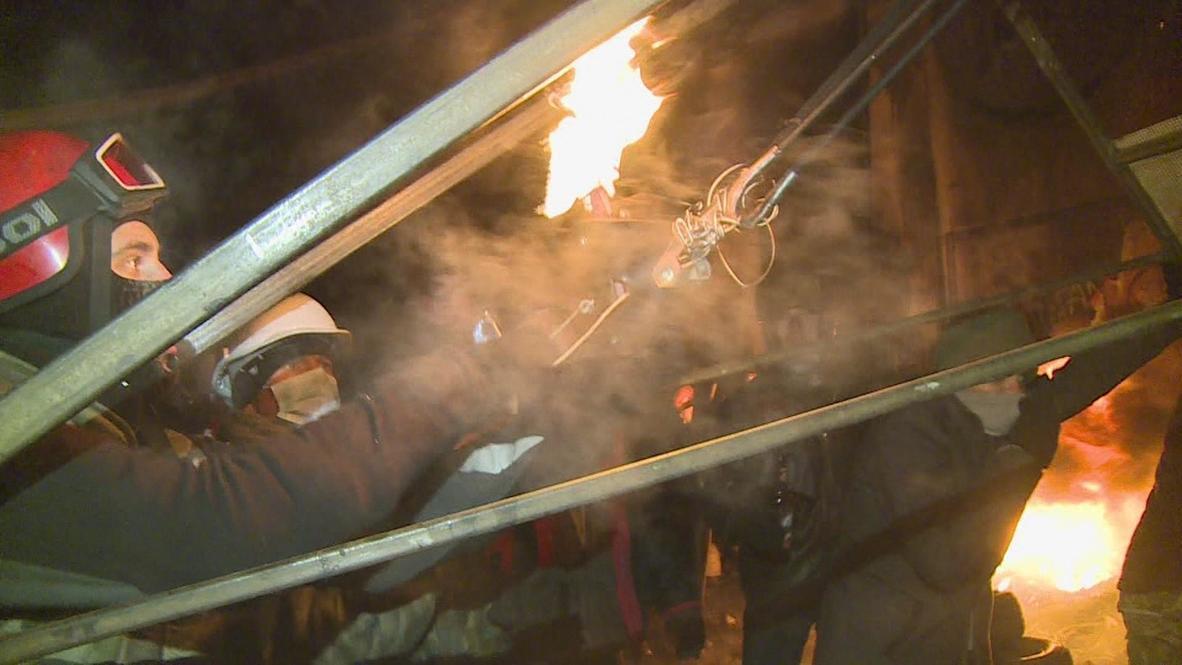 Ukraine: Protesters fire Molotov cocktails from slingshot 2.0