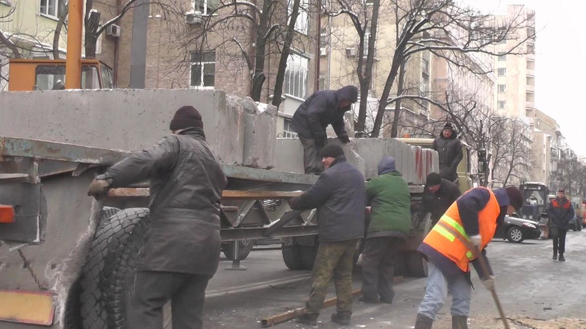 Ukraine: Police begin tearing down barricades