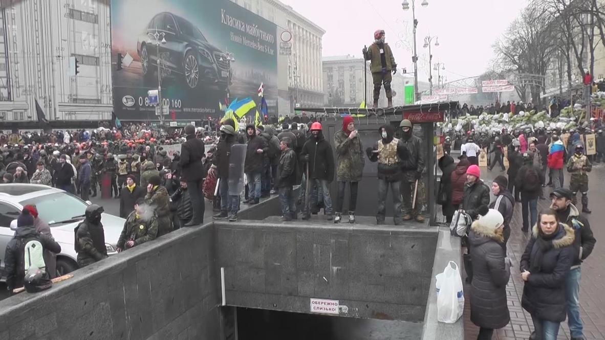 Ukraine: Activists attempt to remove barricades in central Kiev
