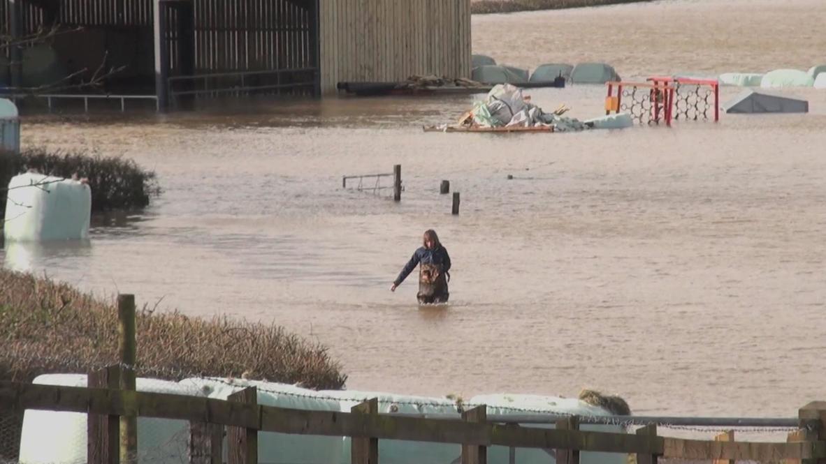 UK: Floods force desperate defence of homes