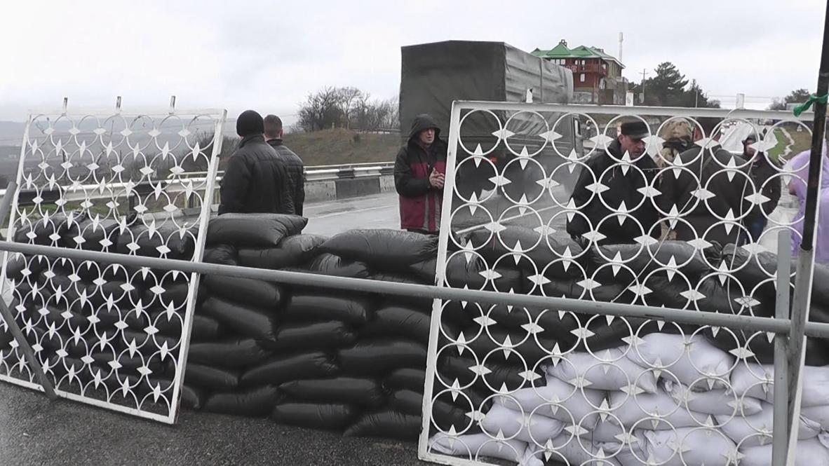 Ukraine: Barricades built on Sevastopol approach roads