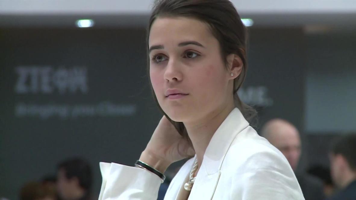 Spain: Hostesses present the hottest mobile tech
