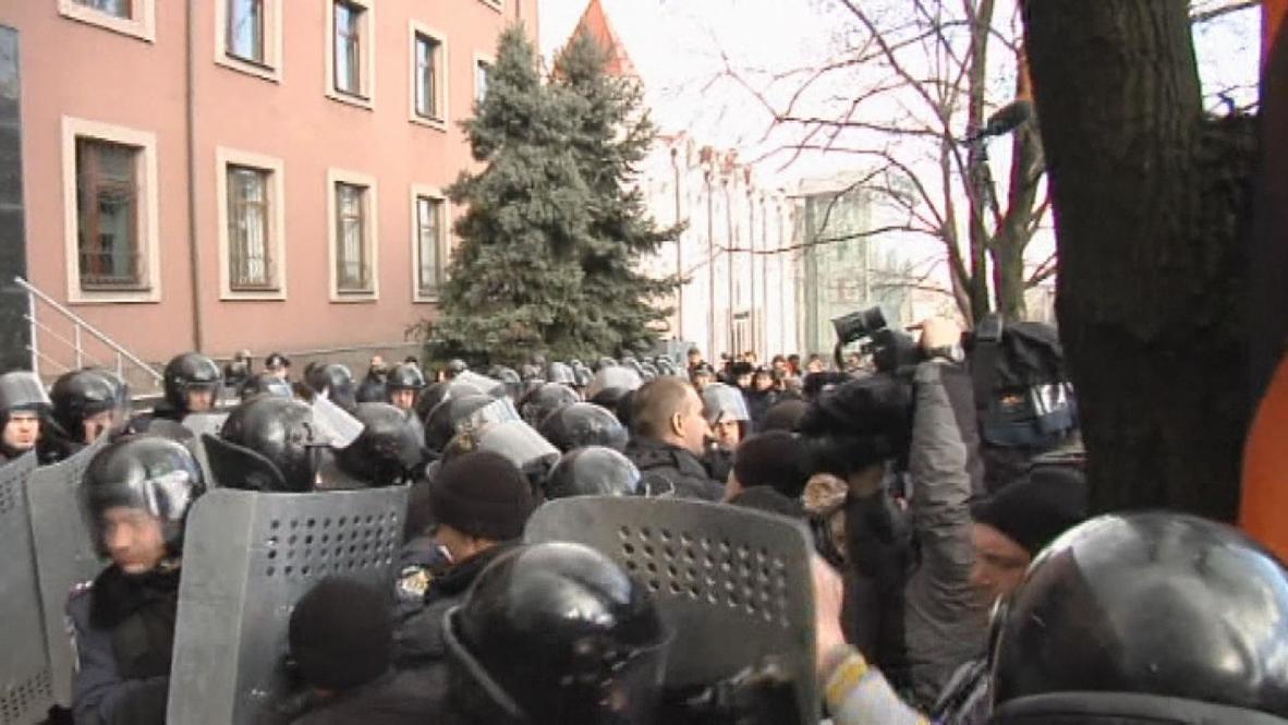 Ukraine: Hundreds storm Donetsk prosecutor's office, erect Russian flag