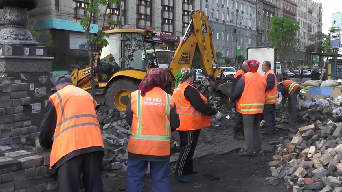 Ukraine: Public workers drag away barricades on Maidan square
