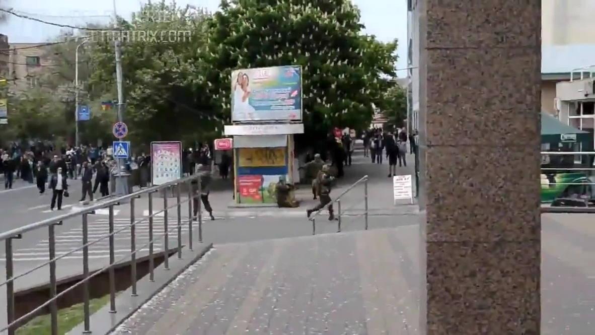 Ukraine: Kiev fighters open fire on unarmed people