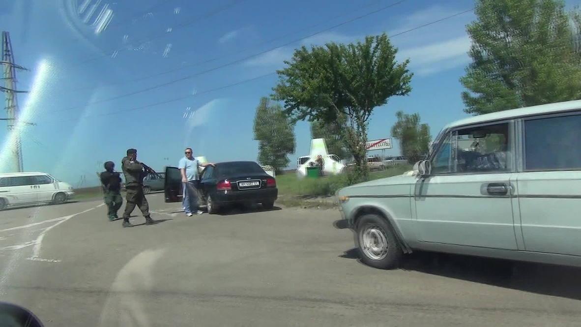 Ukraine: Ukrainian army stop and search cars along Mariupol border