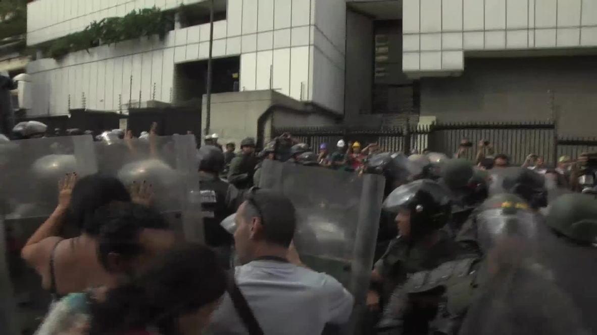 Venezuela: Street battles break out in Caracas