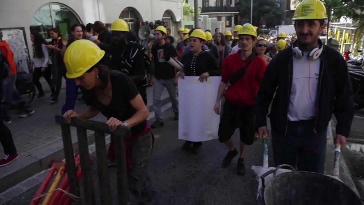 Spain: Squatters rebuild after police smash homes