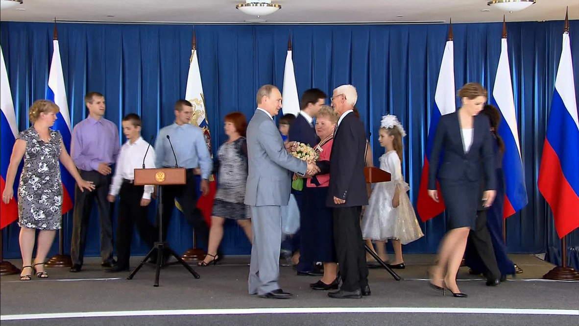 Russia: Putin visits all-Russian school chess tournament