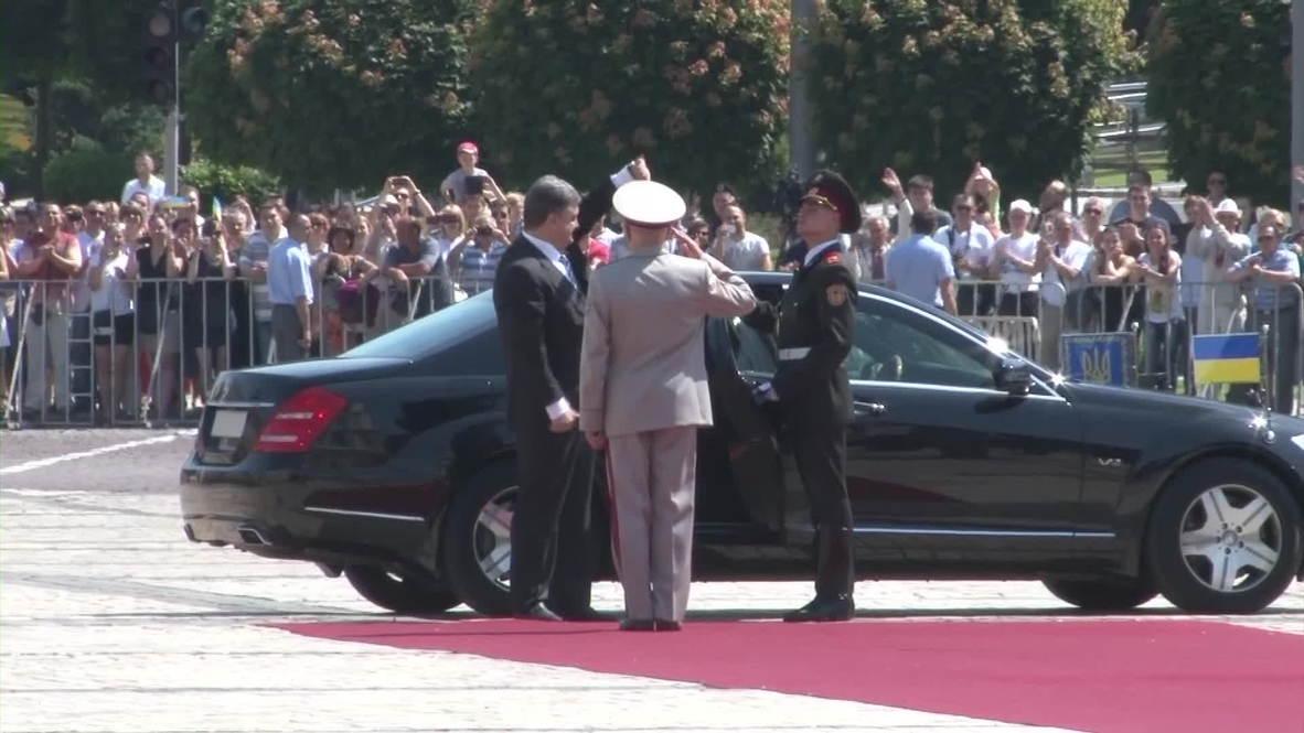 Ukraine: Army commanders celebrate Poroshenko at inauguration