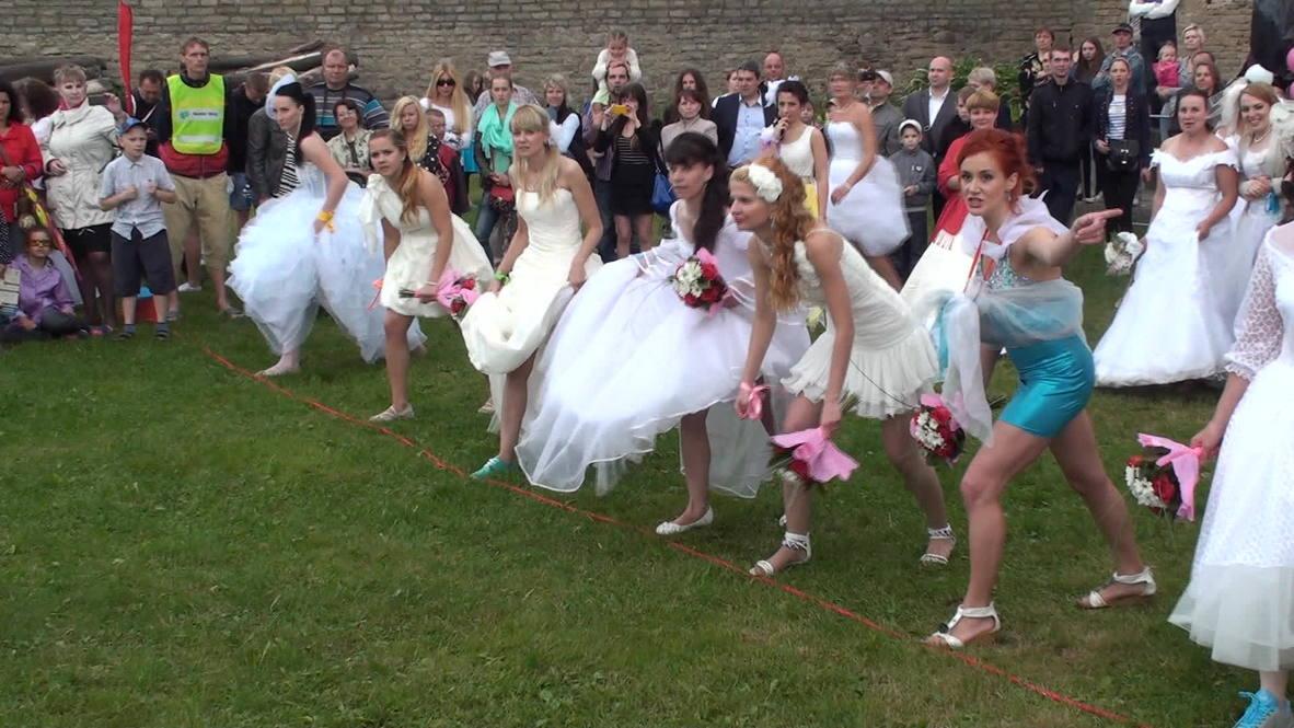 Estonia: Runaway brides go for gold in Narva running race