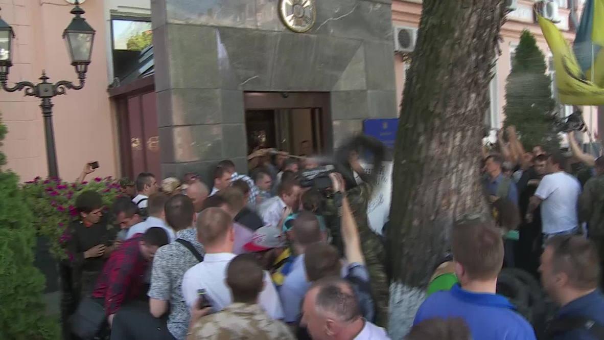 Ukraine: Maidan protesters storm State Border Service HQ in Kiev