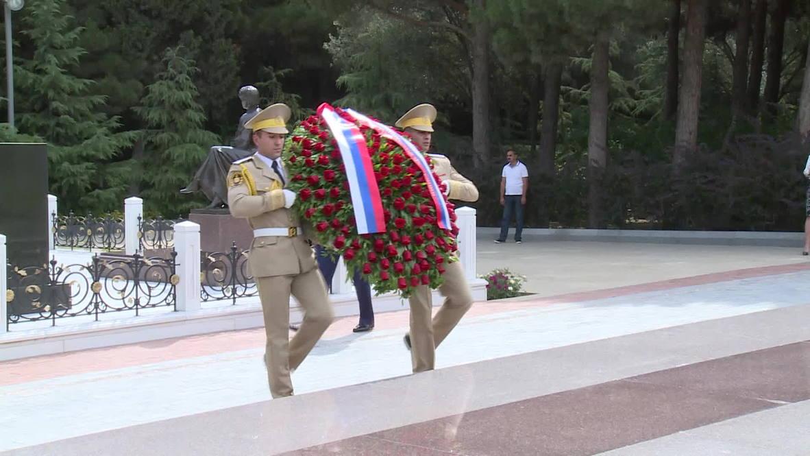 Azerbaijan: Lavrov lays flowers at Aliev's tomb