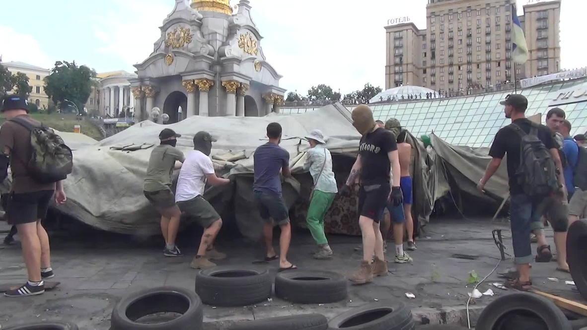 Ukraine: Maidan old guard return to tear down campsite