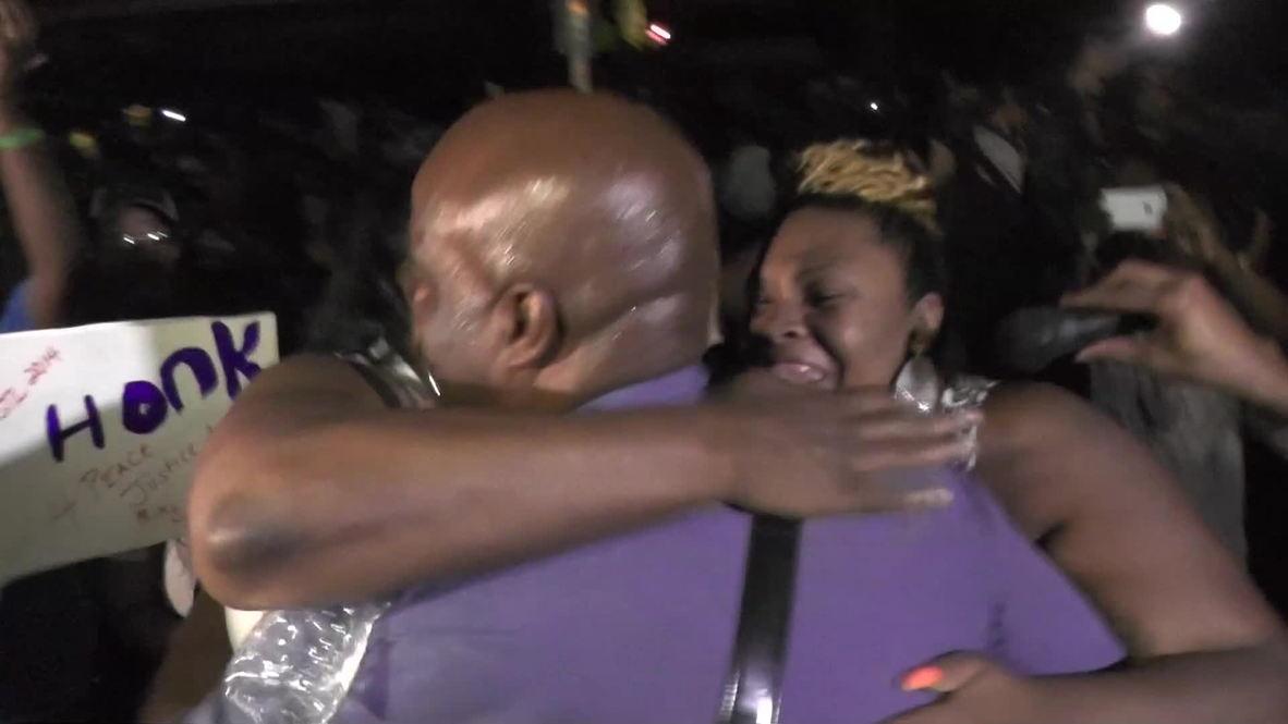 USA: New commander Ronald Johnson shows how to police Ferguson
