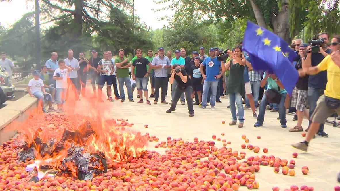 Spain: See farmers burn EU flag on bonfire of peaches