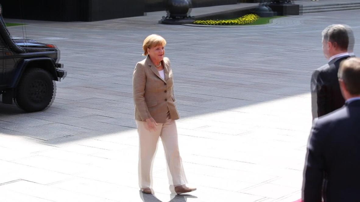 Ukraine: Poroshenko and Merkel hold Kiev talks