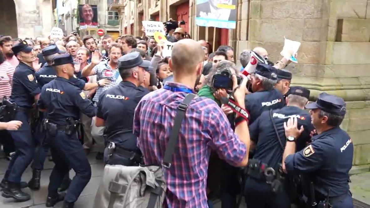 Spain: Watch police beat anti-Troika protesters as Merkel meets Rajoy - POOL