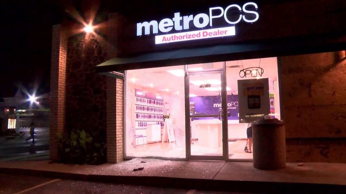USA: Ferguson store smashed to pieces as unrest escalates