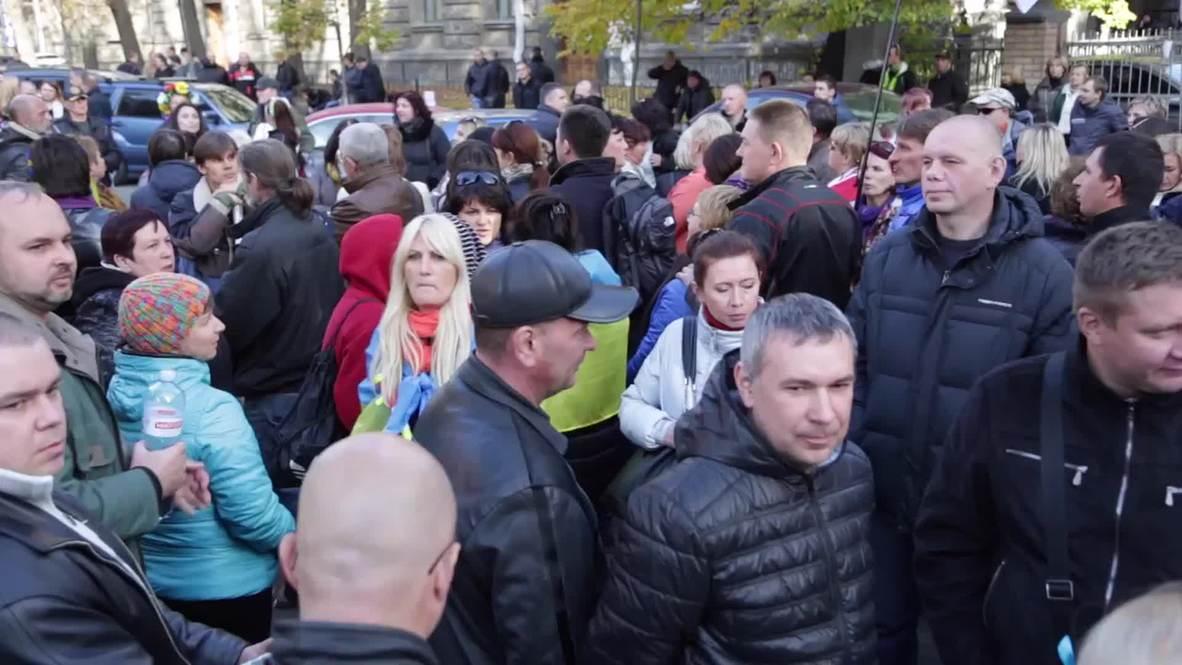 Ukraine: Protesters demand Poroshenko face the people as Hryvnia falls