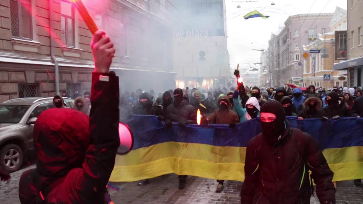 Ukraine: Masked protesters burn flares for Maidan