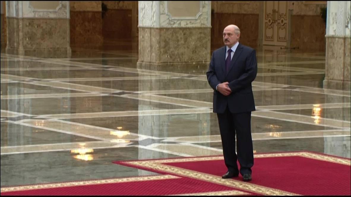 Belarus: Lukashenko greets Poroshenko ahead of Minsk peace talks