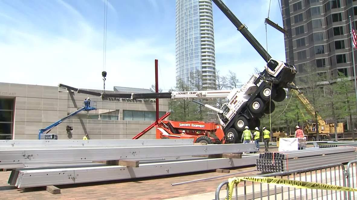 USA: Crane SMASHES into Dallas Art Museum