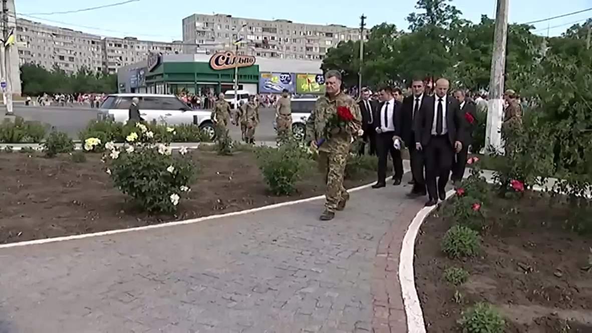 Ukraine: Poroshenko pays respects at Mariupol memorial
