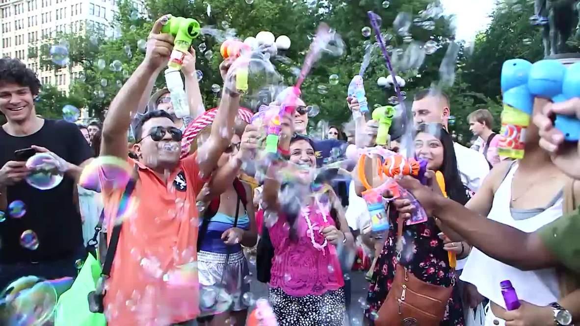 USA: BUBBLE BATTLE attracts 3,000 at New York's Union Square