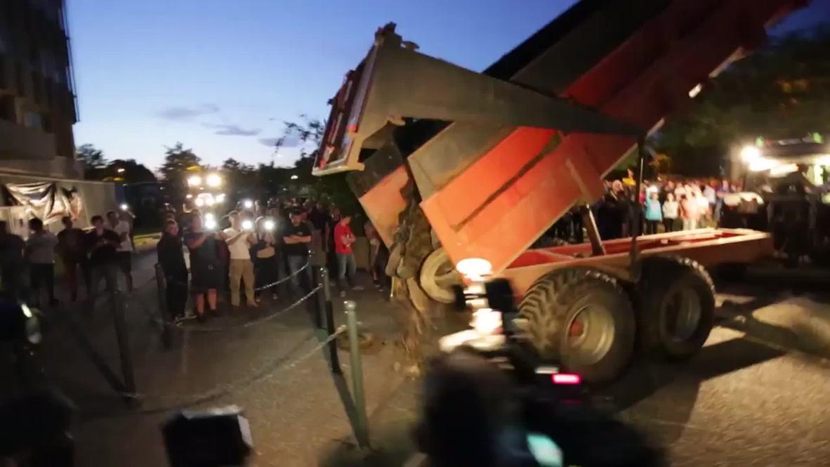 France: Rennes' farmers set huge fires and dump manure in protest