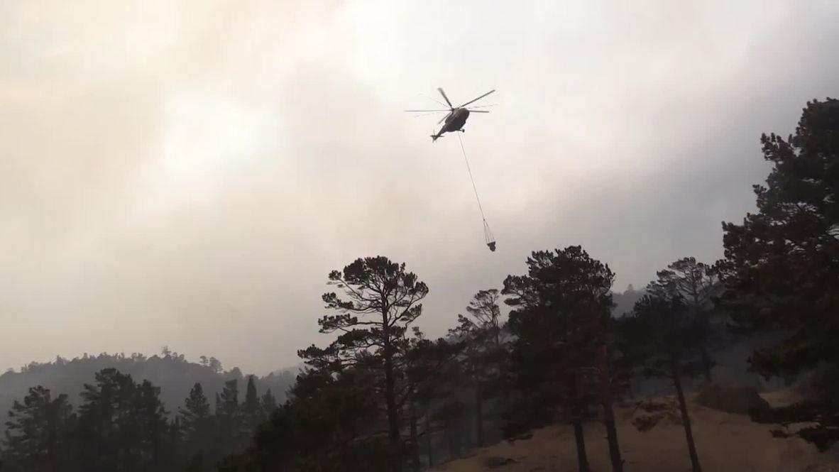 Russia: EMERCOM choppers battle wildfires in Siberia