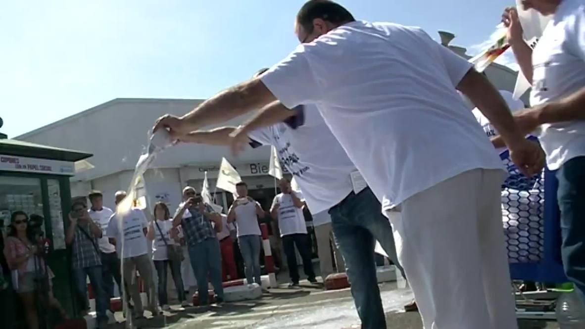 Spain: No tears over this spilt milk! Farmers crash Carrefour supermarket