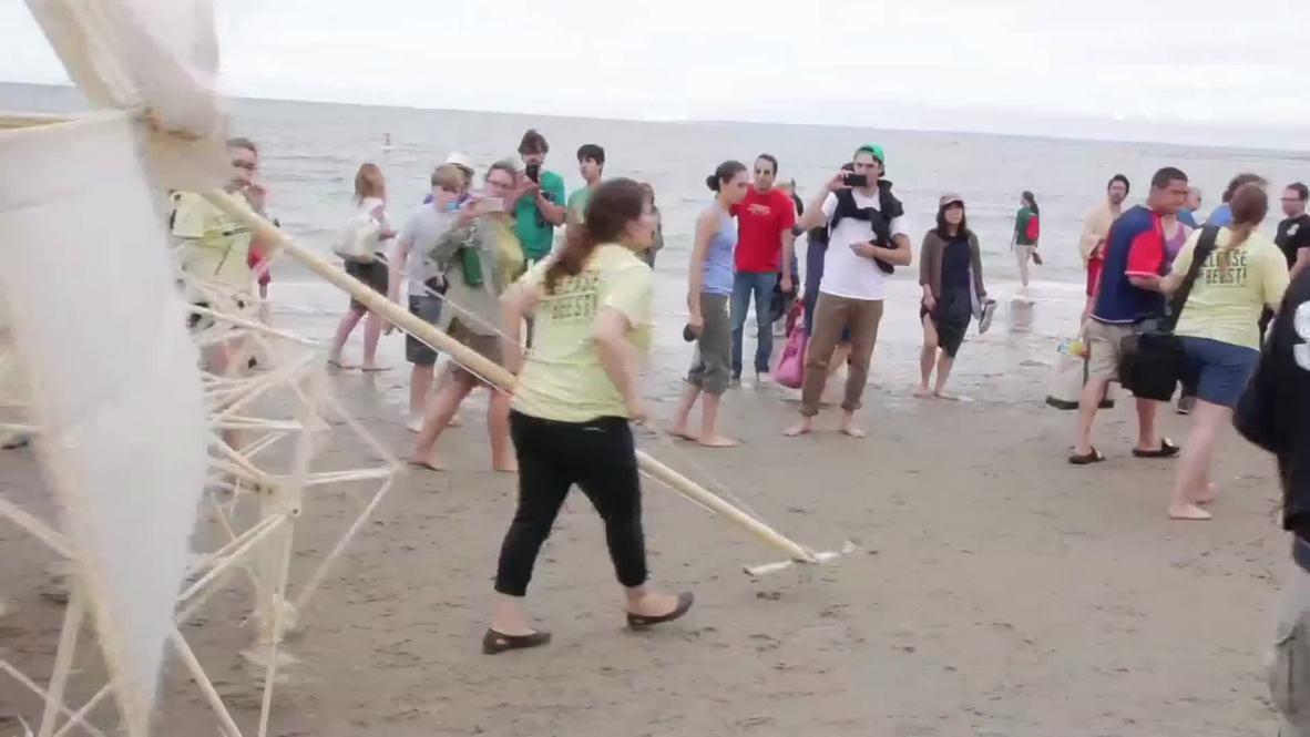 USA: Giant wind-powered robots crawl along Crane Beach