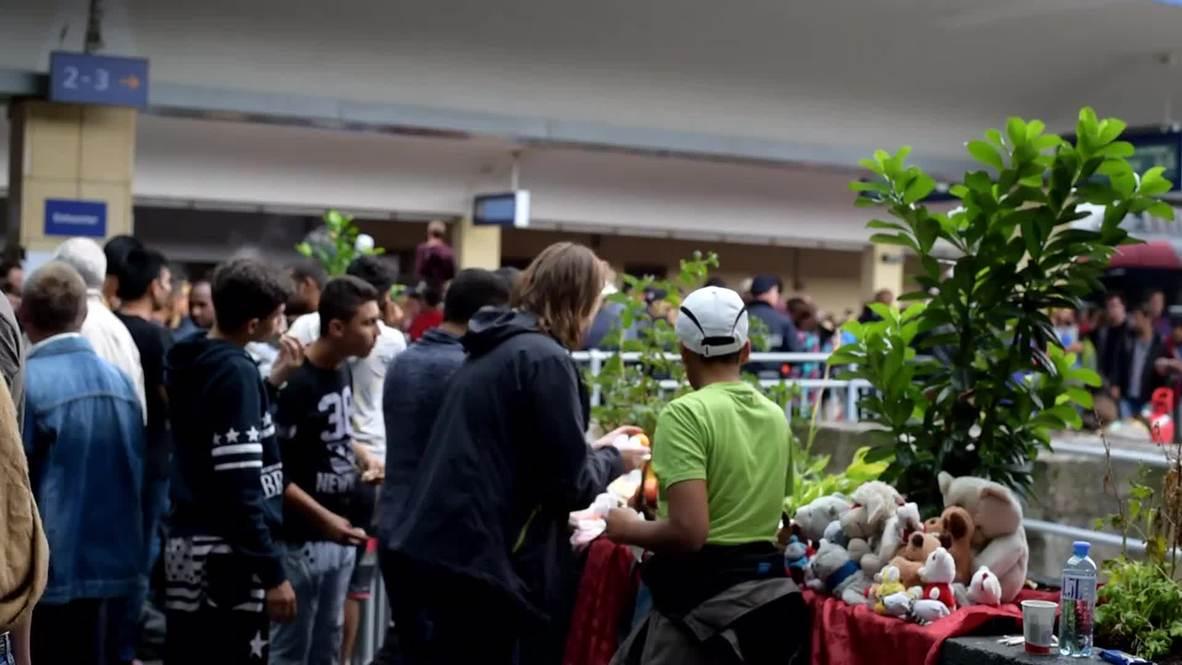 Austria: Volunteers greet hundreds of refugees at Vienna's Westbanhof station