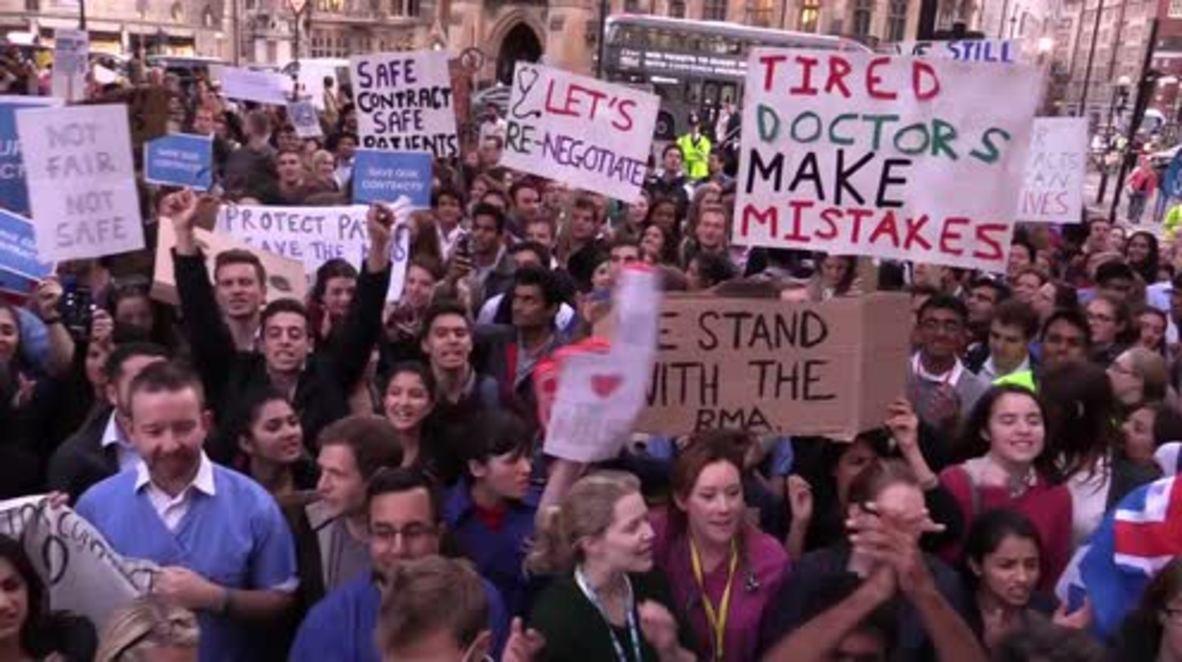 UK: Thousands of junior doctors decry new 'unsafe & unfair' contracts