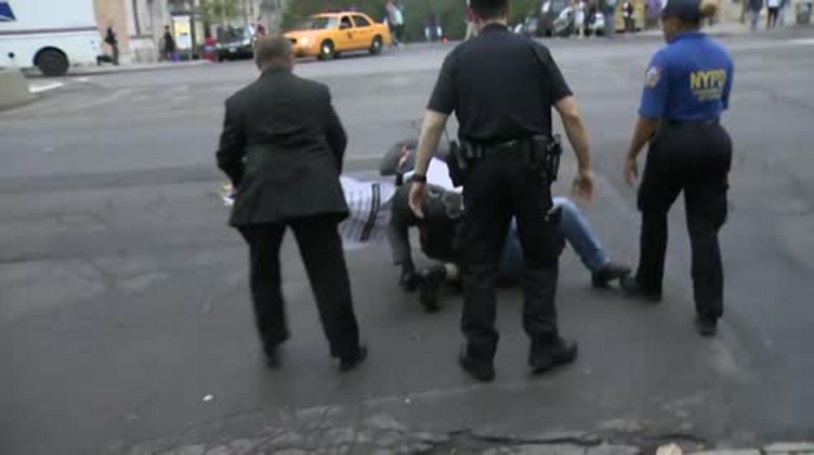 USA: Scuffles erupt at anti-Poroshenko protest in NY