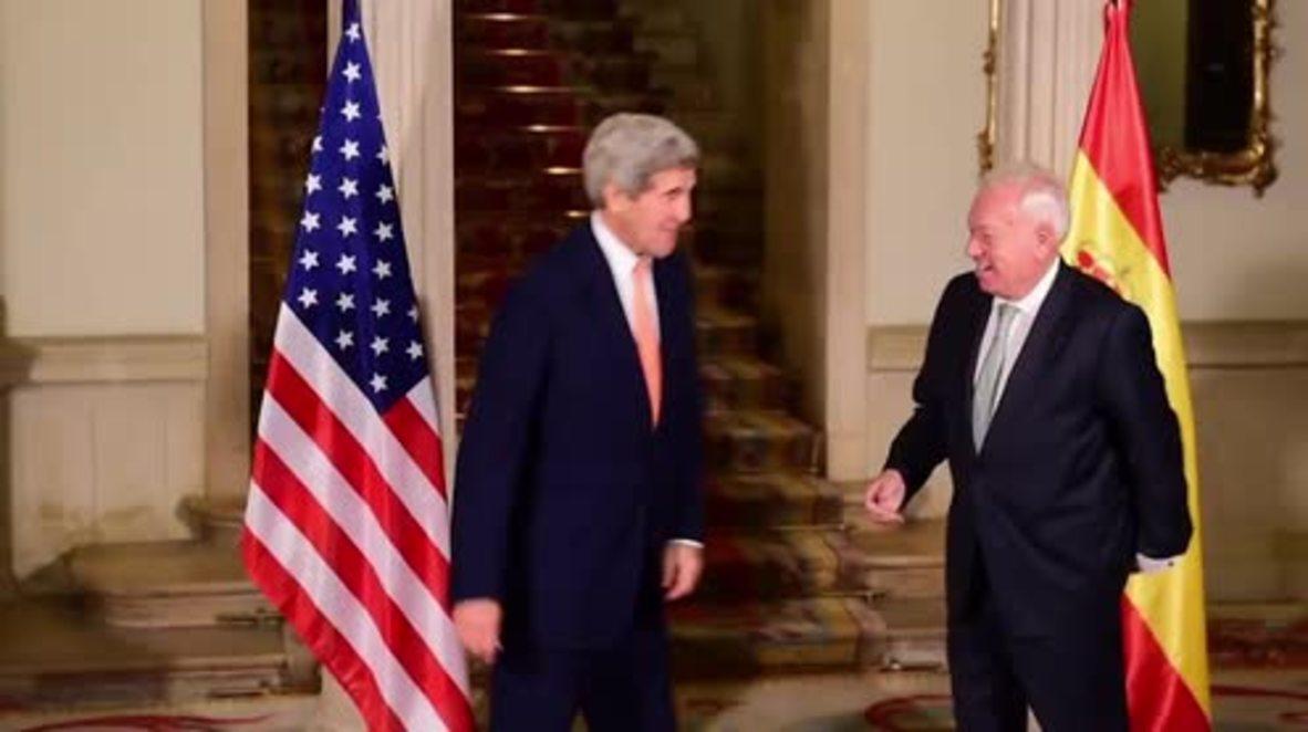 Spain: FM Garcia-Margallo presents John Kerry with a guitar