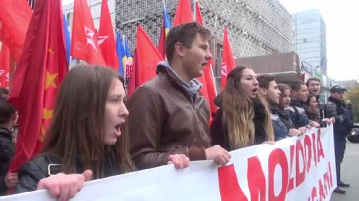 Moldova: Thousands celebrate after parliament dismisses government