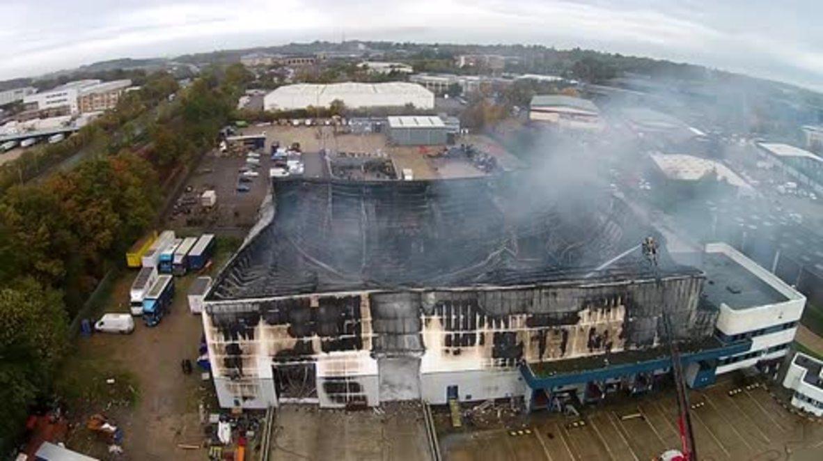 UK: Drone captures Bracknell industrial estate on fire