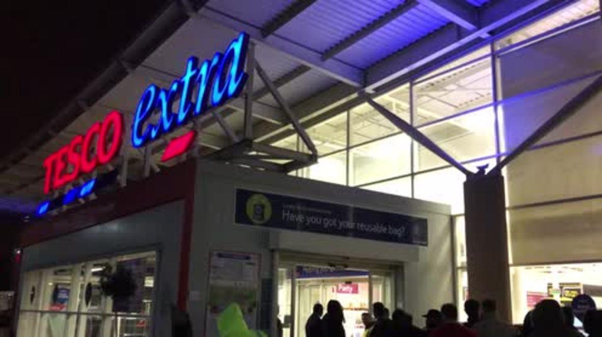 UK: Early bird shoppers hunt for bargains Black Friday kicks off