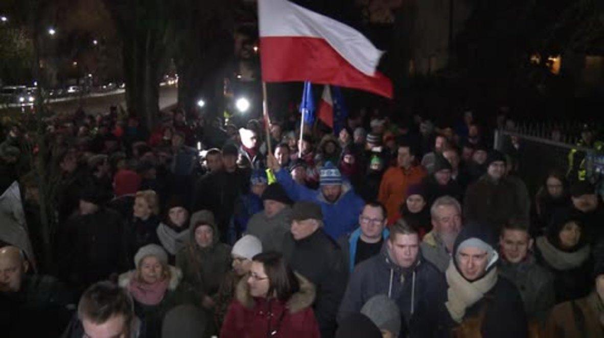 Poland: Hundreds rally outside Law and Justice leader Kaczynski's house