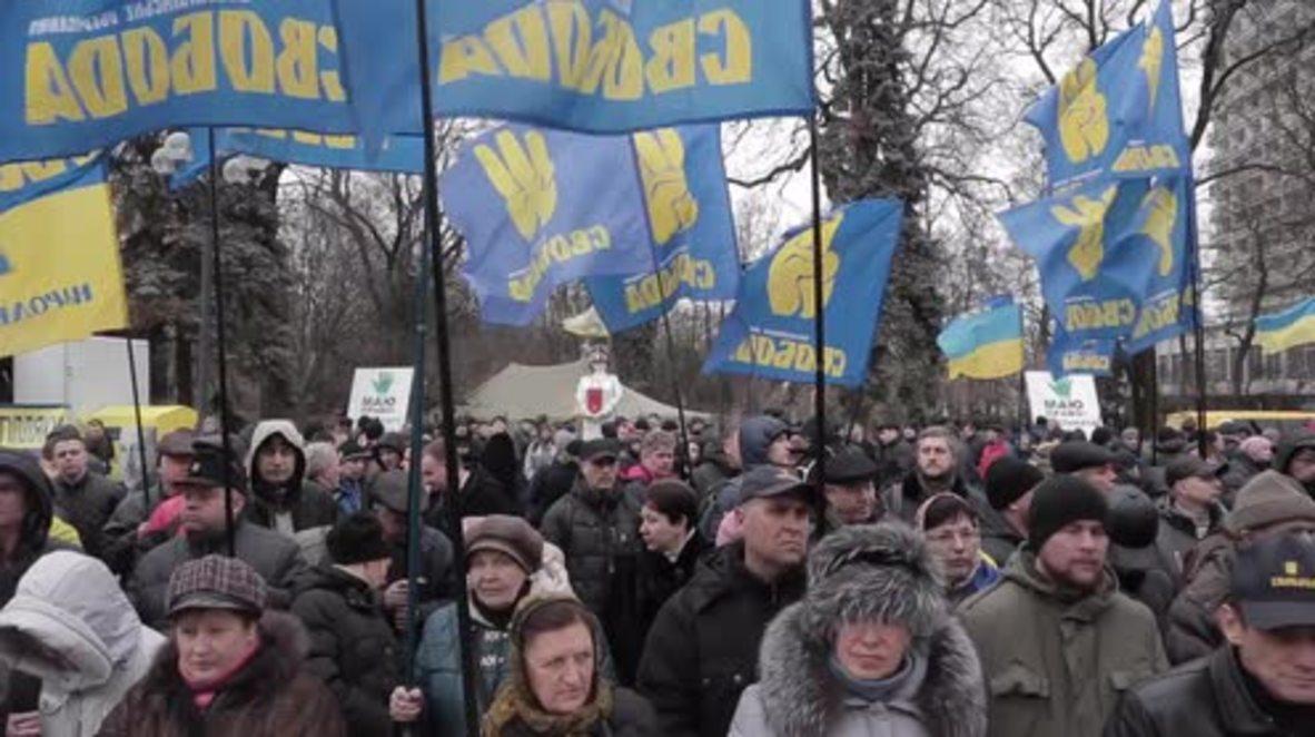 Ukraine: Protesters call for PM Yatsenyuk's resignation outside Rada